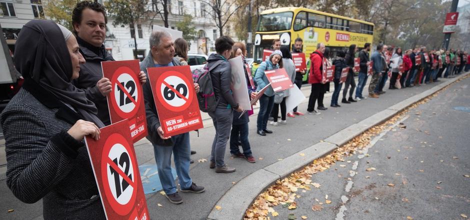 Vor der Türe protestierten Gewerkschafter gegen den Abbau der Sozialpolitik.