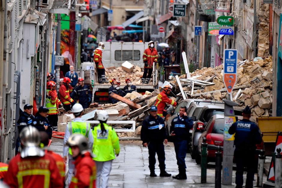 Die Rettungsmannschaften suchten auch in der Nacht unter den Trümmern weiter.