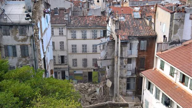 Dutzende Anwohner anliegender Wohnungen wurden in Sicherheit gebracht.