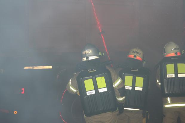 Die Feuerwehrleute übten in der stark verrauchten Tunnelröhre, wie ein Lkw gelöscht wird.