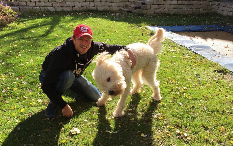 Ex-Springer-Chef Alexander Pointner im Garten mit dem Familienhund Sammy.