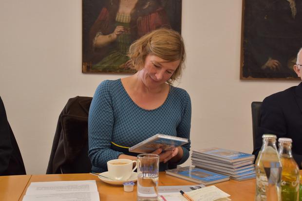 Simone Scharbert liest sich in die Schwazer Geschichte ein.