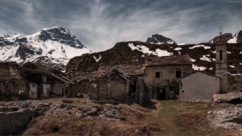 Auf das Bergmassiv Mont Cenis in den Grajischen Alpen führt bis auf eine Höhe von 2081 Metern eine Passstraße, die Frankreich und Italien verbindet. In der Nähe des Lac du Mont Cenis liegt der verlassene Weiler Gran Croce.