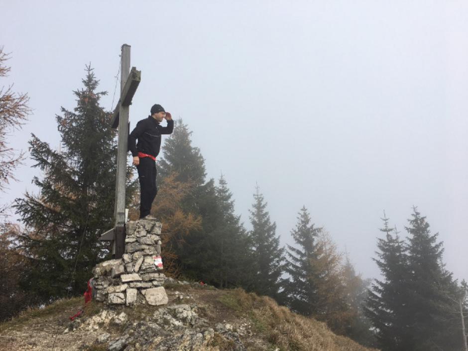 Die Wanderung auf den Voldöppberg in Kramsach ist auch bei Nebel ein Vergnügen. Das Gipfelkreuz wartet mit Gipfelbuch und Stempelstelle auf.
