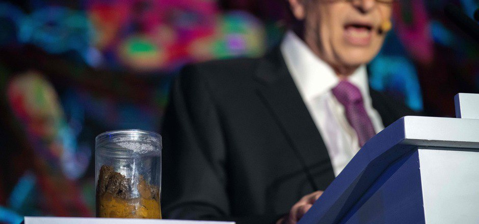 """Zur  """"Reinvented Toilet Expo"""" in Peking brachte Bill Gates ein Glas mit Exkrementen mit."""