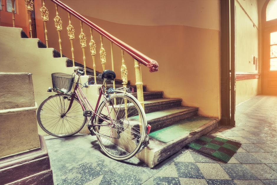 Ein im Gang abgestelltes Fahrrad ist zwar selbst nicht brandgefährlich, kann aber zur Stolperfalle und damit zur Gefahr werden.