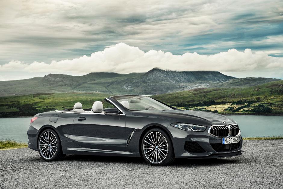Lebensgefühl auf hohem Niveau: mit offenem Verdeck im BMW 8er Cabrio durch die Landschaft.