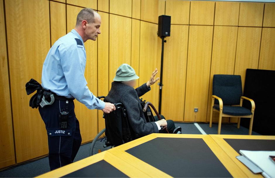 Der 94-Jährige wurde im Rollstuhl in den Gerichtssaal gebracht.