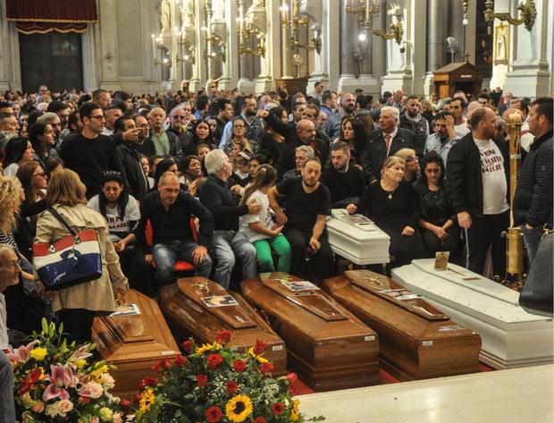 Die Angehörigen und eine ganze Stadt trauern um die neun Todesopfer.