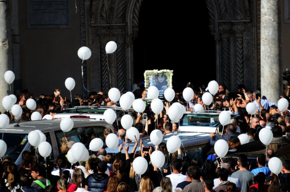 Weiße Luftballons zum Abschied.