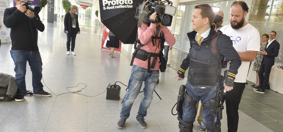 Ein Teilnehmer bei einem Probetraining für Querschnittsgelähmte mit einem Exoskelett.