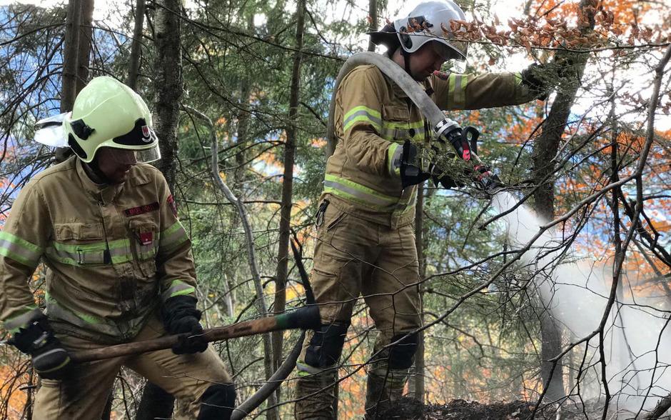 Feuerwehrmänner an der Brandstelle.