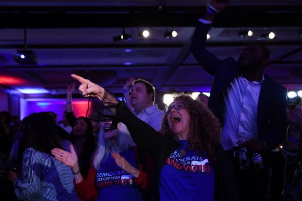 Die Anhänger der Demokraten freuen sich über das Ergebnis.