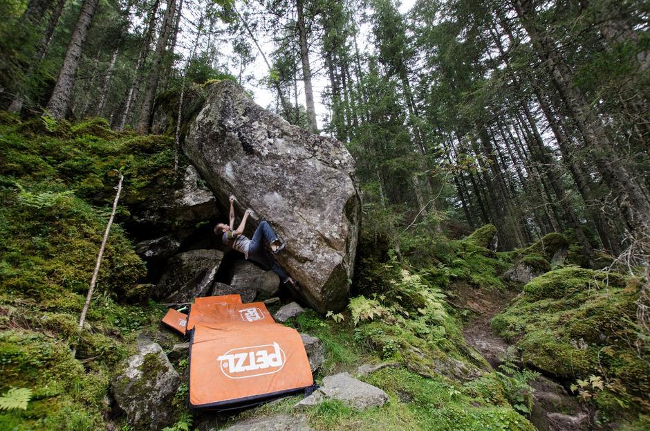"""Das Kletter- und Bouldergebiet im Zillergrund wird oftmals auch """"Zauberwald"""" genannt und zieht Kletterer aus aller Welt an."""