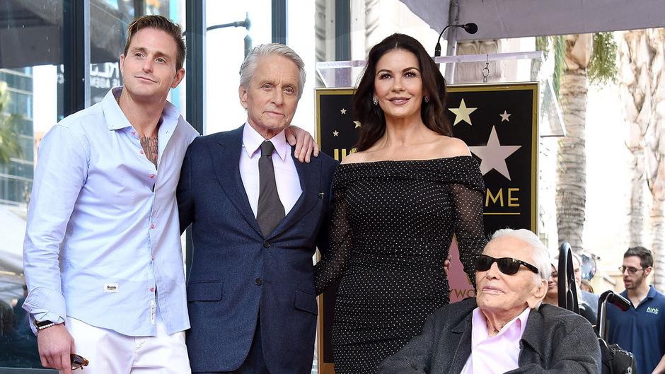 Der 101 Jahre alte Schauspieler saß lächelnd im Rollstuhl neben seinem Enkel Cameron, seinem mit einem Stern geehrten Sohn Michael und dessen Frau Catherine Zeta-Jones.