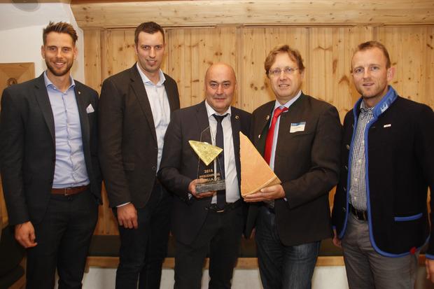 Erfreut über die Qualität zeigen sich Matthias Pöschl (Agrarmarketing Tirol), Vizebürgermeister Michael Wurzrainer, Sebastian Wimmer (Obmann Verein für Molkerei- und Käsereifachleute), Klaus Dillinger (Jury-Leiter) und TVB-GF Stefan Astner (r., v.r.).