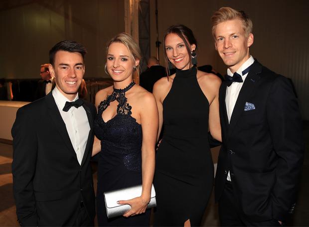 ÖSV-Skispringer Stefan Kraft (l.) mit Freundin Marisa sowie Michael Hayböck und seine Claudia machen abseits der Schanze gute Figur.