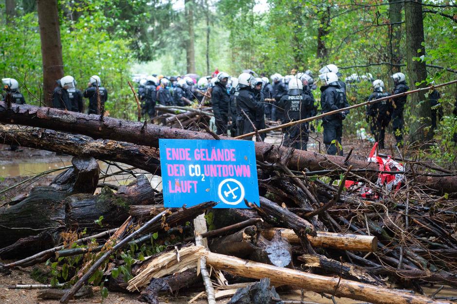 Umweltschützer protestierten im Hambacher Forst dagegen, dass der Energiekonzern RWE weite Teile des westlich von Köln nahe der Autobahn A4 gelegenen Waldes roden und die Braunkohleförderung fortsetzen will.