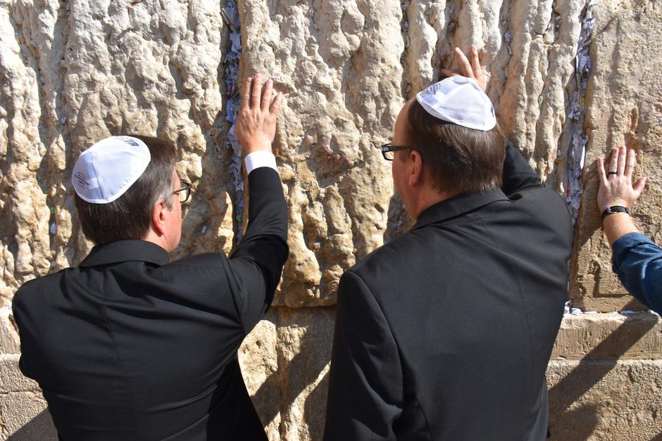 An der heiligsten Stätte der Juden, an der Klagemauer in Jerusalem, hielten LH Platter und Diözesanbischof Hermann Glettler inne.