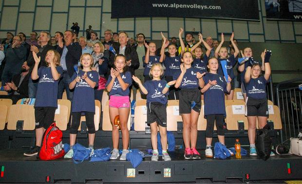 Genossen den Ausflug in die Olympiaworld und unterstützten die Alpenvolleys lautstark: die Volleyball-Nachwuchsspieler aus St.Johann.