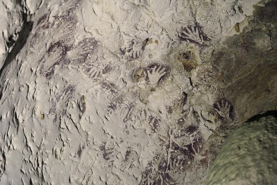 In der Höhle in Borneo sind unzählige Malereien, die für die Wissenschaft von ernormer Bedeutung sind.
