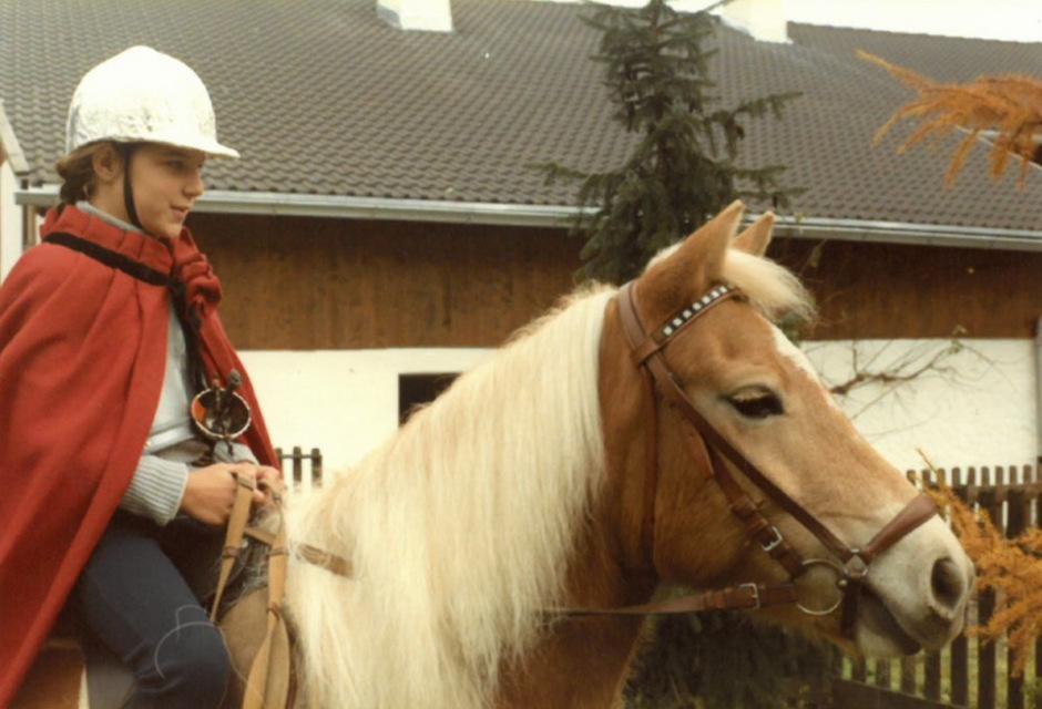 Margit Unterluggauer auf der Stute Bianca im Jahr 1982.