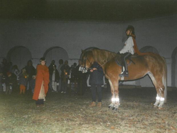 Die Aufnahme aus dem Jahr 1997 zeugt von dem darstellenden Spiel der Reiterin Barbara Gander mit einem Bettler und dem geteilten Mantel.