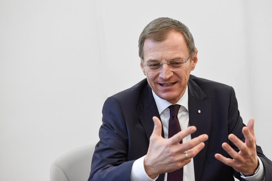 Eine unangenehme Situation für Stelzer. Er will die FPÖ nicht verärgern, sich aber auch nicht gegen den ÖVP-Minister stellen.