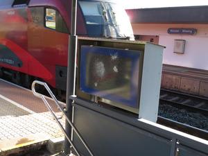 In Wiesing wurde beim Bahnhof eine Anzeigetafel der ÖBB beschädigt.