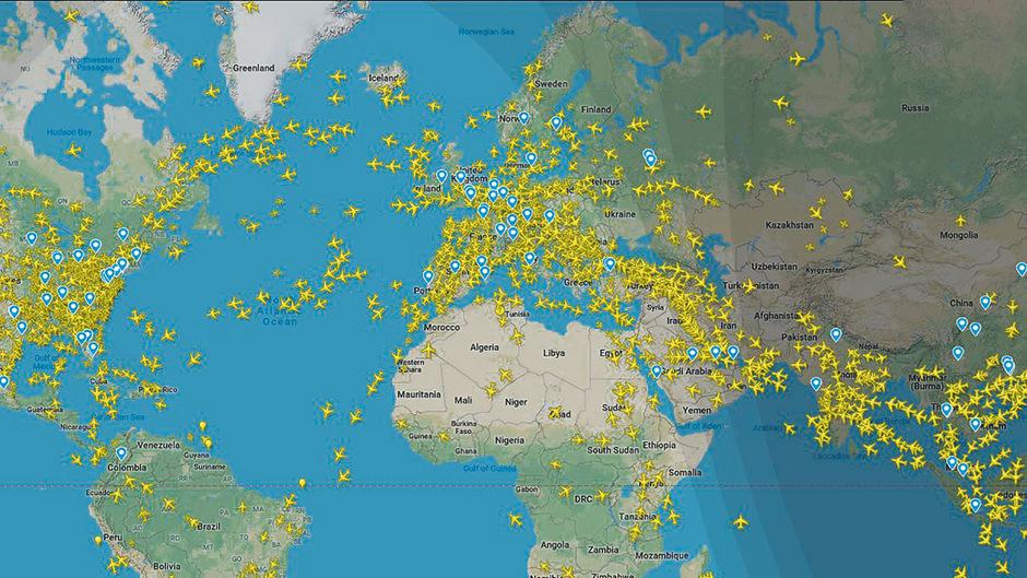 Eine Momentaufnahme was sich am Himmel wochentags am Nachmittag tut. Sehr gut erkennbar sind die Luftstraßen nach Übersee, Asien und Afrika und das Gewirr an Fliegern über Europa und USA.
