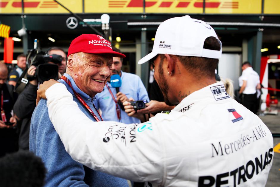 Lewis Hamilton fordert von Niki Lauda (l.) Geduld nach seiner Operation.