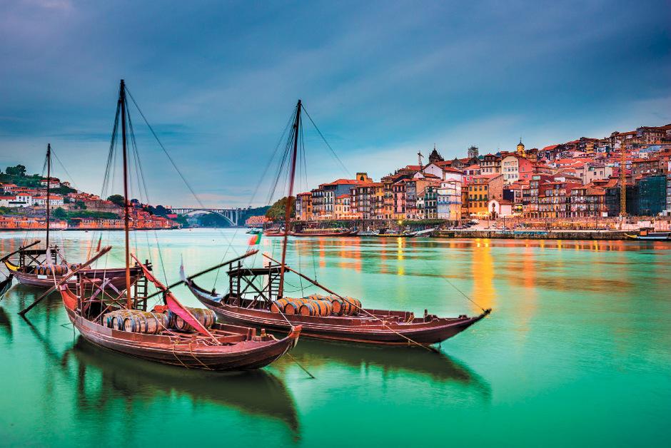 Mit den Holzbooten wurden früher Weinfässer den Douro hinunter nach Porto transportiert.