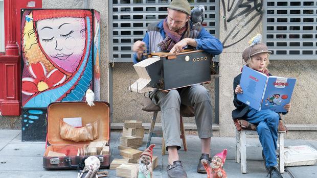 Ein Straßenmusiker spielt die Lochkarten-Orgel in der Rua das Flores.
