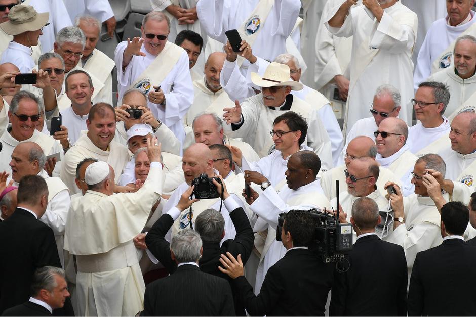Papst Franziskus begrüßt im Vatikan Diakone bei einer Jubiläumsmesse. Bis heute ist das niedrigste Weiheamt der katholischen Kirche Männern vorbehalten, obwohl es nach Ansicht mancher Theologen darüber keine endgültige lehramtliche Entscheidung gibt.