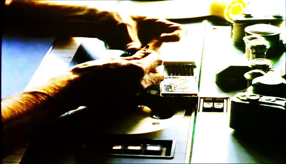 Filmhistorische Handarbeit: Die Hände von Essayfilmer Jean-Luc Godard an einem analogen Schnittplatz.