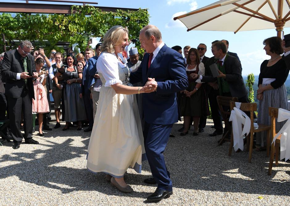 Der Tanz zwischen Kneissl und Putin auf der Hochzeit der Außenministerin symbolisierte die russlandfreundliche Politik Wiens.
