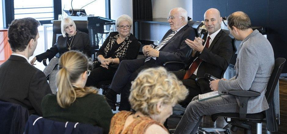 Life-Radio-Moderator Sebastian Kaufmann (r.) führte im Plenarsaal durch die Diskussion. Am Podium sprachen Ute Streicher, Heidi Götz, Herwig van Staa und Romuald Niescher (v.l.n.r.).