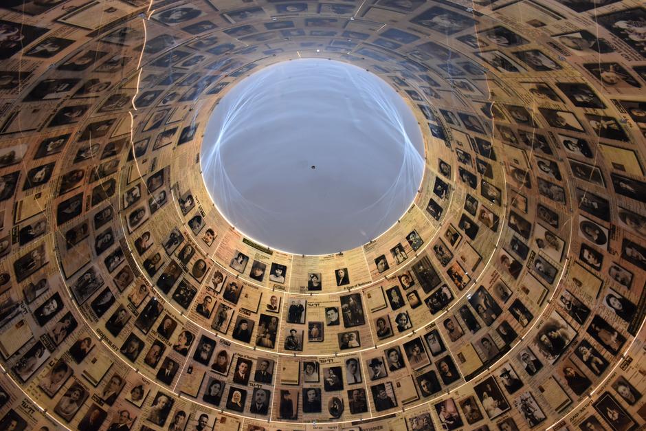 Die Halle der Namen in Yad Vashem ist die Gedenkstätte des jüdischen Volkes für jeden Juden, der im Holocaust ermordet wurde. In ihren Todes-Geschichten breiten sich die gesamten Gräuel der Nazi-Zeit aus.