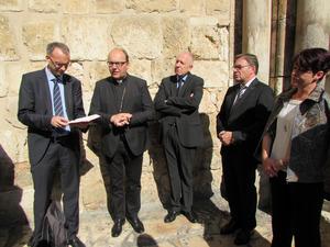 Gemeinsamer Auftrag: Olivier Dantine, Hermann Glettler, Günter Lieder und LH Günther Platter bei einem Dankgebet vor der Grabeskirche.