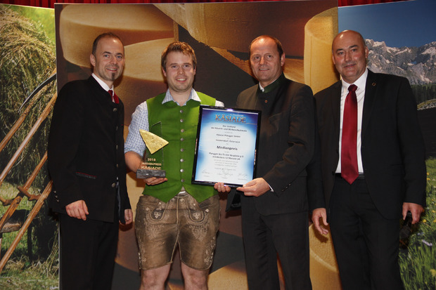 Reinhard Brunner von der Käserei Plangger freute sich über den Medienpreis (2.v.l.).