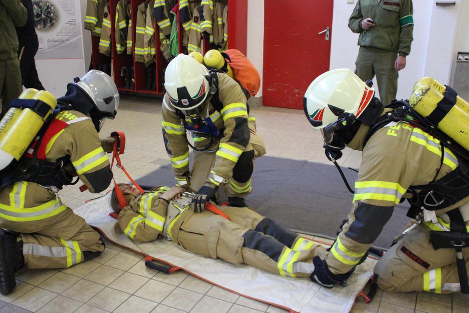 Um im Einsatzfall bestehen zu können, heißt es für die Atemschutzträger fleißig trainieren. Denn jeder Handgriff muss passen.