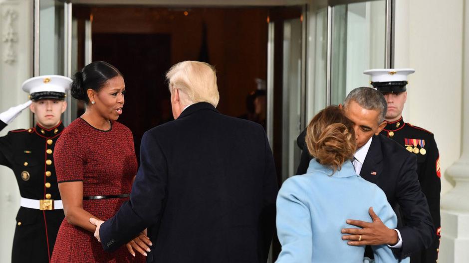 Michelle Obama grüßt Donald Trump bei dessen Amtseinführung im vergangenen Jahr. US-Präsident Barack Obama küsst Melania Trump zur Begrüßung (r.).