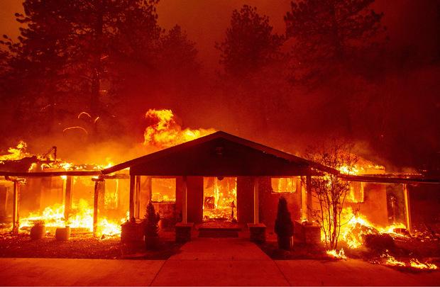 Tausende Menschen sind vor den Flammen geflohen.
