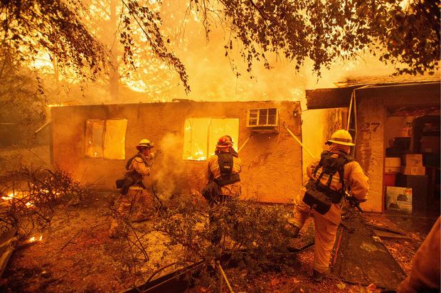 Feuerwehrmänner kämpfen mit allen zur Verfügung stehenden Mitteln gegen die Flammen in Kalifornien.