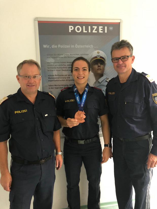 Martina Kuenz mit ihren Polizei-Ausbildnern.