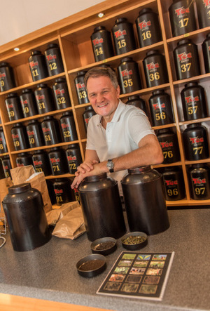 "Erich Rauter bietet in seinem Geschäft ""Rauter Tee"" japanische Keramik Cups an."