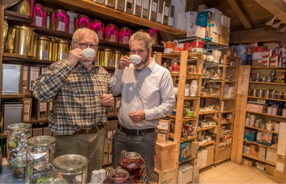 "Johann Friembichler jun. und sen. bieten im ""House of Tea & Coffee"" 350 offene Teesorten an."
