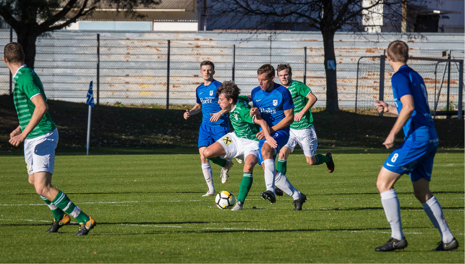 Philipp Mühlthaler und Kematen (blau) hatten den SV Völs (Philipp Kirchler) gut im Griff.