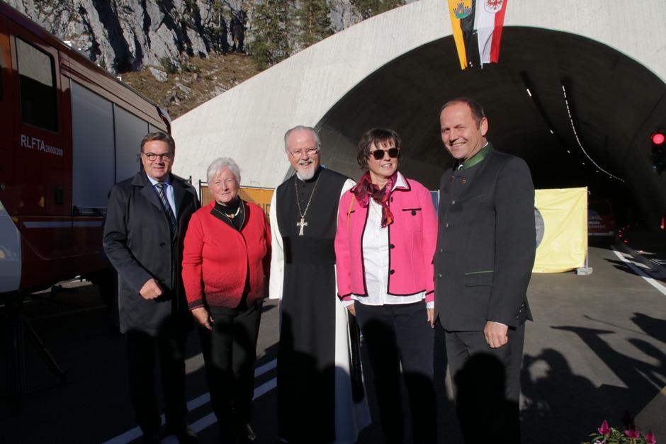 LH Günther Platter, BM Isabella Blaha, Abt German Erd, Tunnelpatin Anneliese Vonmetz und LHStv. Josef Geisler (v.l.) gaben den Verkehr über die Umfahrung Scharnitz frei.