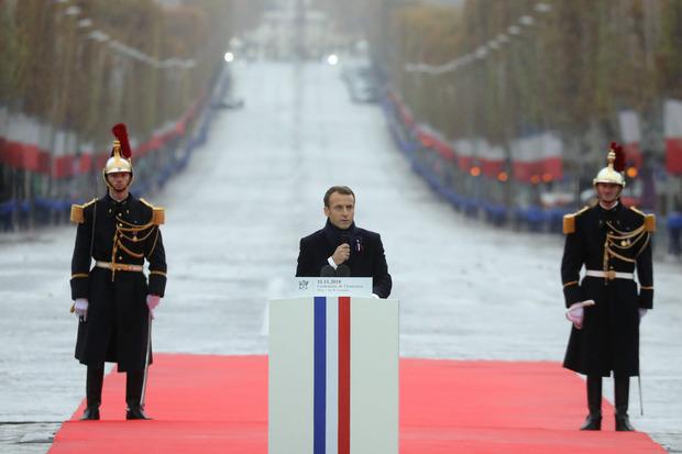 Macron richtete sich vor dem Triumphbogen an seine Gäste: Nur gemeinsam könnten die Bedrohungen der heutigen Zeit gebannt werden.